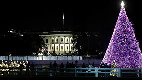 Baltuosiuose rūmuose iškilmingai įžiebta žaliaskarė, D.Trumpas didžiausiu kalėdiniu stebuklu vadino vakciną nuo COVID-19