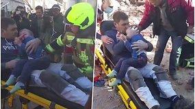 Jaudinanti akimirka po 6,4 balo žemės drebėjimo: iš po griuvėsių ištrauktas vyras prie krūtinės glaudė vaiką
