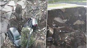 Neapolyje staiga atsivėrė milžiniška smegduobė – vaizdo įraše matyti į prarają nugarmėję automobiliai