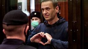 A.Navalnas pasiųstas už grotų: teisėjai skaitant sprendimą, delnais rodė žmonai širdį ir ragino neliūdėti
