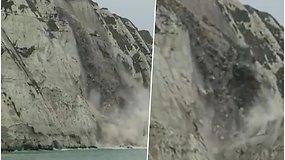 Užfiksavo dramatišką akimirką, kaip į jūrą griūva garsiosios baltosios Anglijos Doverio uolos