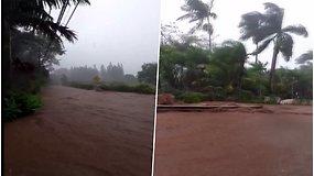 Havajai tapo milžiniška upe – po stiprių liūčių persipildžius užtvankai evakuojami žmonės