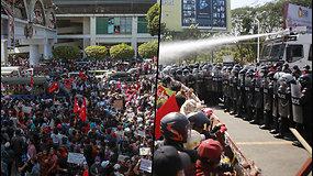 Protestuotojus Mianmare policija vaikė vandens patrankomis  ir apšaudė guminėmis kulkomis