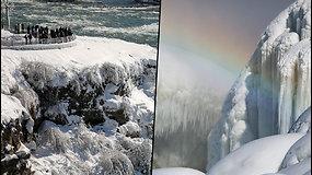 Turistus stebina įspūdingi vaizdai – apledėjusį Niagaros krioklį apšvietė vaivorykštės spalvos