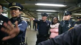 Niujorke žuvo ant bėgių prieš atvažiuojantį traukinį nustumta moteris