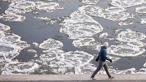 Pirmieji žiemos ženklai Neryje – upe plaukiantys ledai