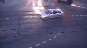 """Vilniaus Savanorių prospekto sankryžoje  """"CityBee"""" automobilis kliudė kitą automobilį ir apsivertė"""