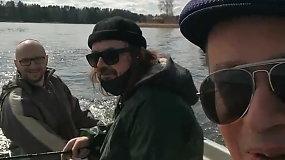 Aleksandras Pogrebnojus žvejyboje su draugais Asvejos ežere