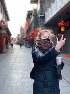 T.Daugėlaitės nuotr./Tautvilė Daugėlaitė moka kinų kalbą, tad nesunkiai gali suprasti visuomenės nuotaikas