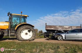 """Joniškio rajone susidūrė """"Audi"""" sedanas ir """"Renault"""" traktorius"""