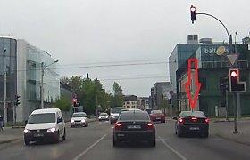 """Nufilmuota: """"Opel"""" vairuotojas – šaltų nervų ar neskiria spalvų?"""