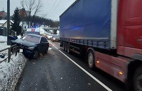 Kaune girtas vairuotojas nulėkė su BMW nuo kelio ir apgadino atitvarus