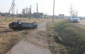Panevėžio rajone apsivertė neblaivaus vairuotojo SAAB, vyras bandė sprukti