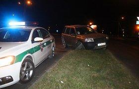 Naktiniame klube vietos neradę panevėžiečiai gatvėse pramogavo tol, kol sudaužė automobilį