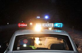 Girtas aštuoniolikmetis Vilniuje automobiliu apdaužė keturias mašinas, nukentėjo kartu važiavusi keleivė