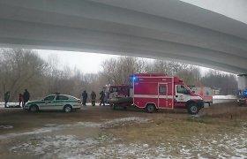 Vilniuje ties O.Milašiaus tiltu patrulis pastebėjo po ledu įstrigusį lavoną