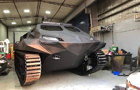 Gynybos parodoje pristatytas neįtikėtinų savybių amfibinis šarvuotis: bus prieinamas ir civiliams