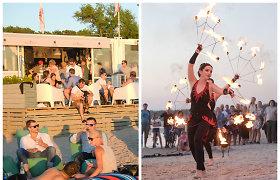 Palangos paplūdimyje poilsiautojai mėgavosi saulėlydžiu, jūra ir ugnies šou