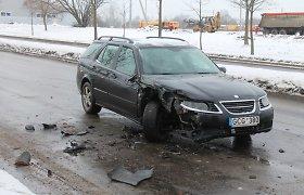 """Nespėjęs persirikiuoti """"Saab"""" trenkėsi į sustojusį sunkvežimį"""