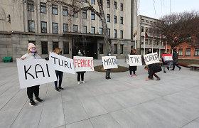 """Protestuotojų žinutė po Kauno mero V.Matijošaičio kabineto langais: """"Kai turi ferrarį, matai tik asfaltą"""""""