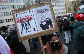 Varšuvoje protestuotojai žygiavo prie Lenkijos valdančiosios partijos lyderio namų