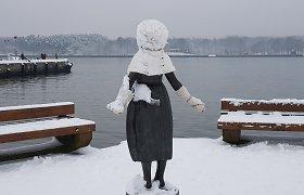 Žiemiškas Klaipėdos žavesys: garuoja rūkomos žuvys, skulptūros šildomos mezginiais
