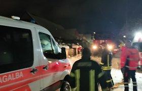 Merginą po priepuolio gelbėję medikai Grigaičiuose šalia Vilniaus strigo sniege: ištraukė tik ugniagesiai