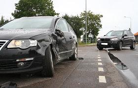 """Po BMW ir """"Volkswagen"""" susidūrimo Ramygaloje į ligoninę išvežta nėščia moteris"""