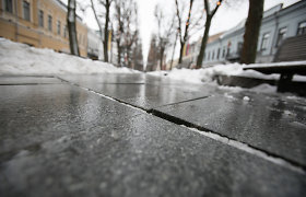 """Paviršiun lenda Kauno mero giriamos Laisvės alėjos grindinio defektai – """"išsivaikščiojo"""" granito plokštės"""
