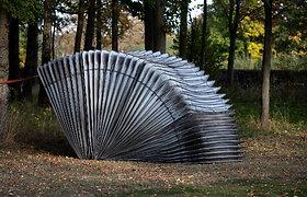 """Vilniaus Kūdrų parke pristatoma šiuolaikinės skulptūros paroda """"Belaukiant"""""""