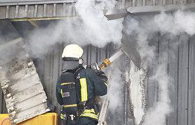 Praėjusią parą ugnis suniokojo penkis automobilis, gaisre buvo traumuotas vienas žmogus