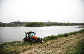 Neryje užklimpęs traktorius