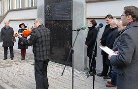Bronislovo Lubio mirties metinėms paminėti iškilmingai atidengtas bareljefas