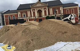 Klaipėdos Teatro aikštė virto paplūdimiu: turnyrui atvežti sunkvežimiai smėlio