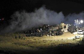 Šiaurės Dakotoje, spaudžiant šalčiui, protestuotojai vaikyti vandens patrankomis