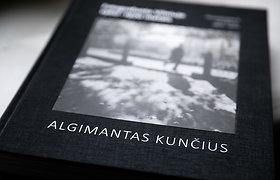 """Algimanto Kunčiaus knyga """"Fotografuota Vilniuje 1960-1970 metais"""""""