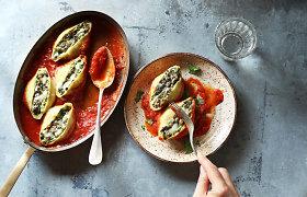 Pirmadienis be mėsos: varške ir žalumynais įdarytos makaronų kriauklės