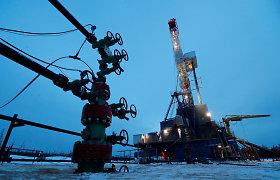 Naftos kainos smunka paskelbus duomenis, rodančius JAV atsargų augimą