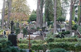 Lankantiems artimųjų kapus: šiuo laikotarpiu atliekų kiekis išauga net 200 tonų. Kaip kapinių nepaversti sąvartynu?