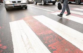 """Kaune uniformuotas karys su """"Nissan"""" partrenkė gatvę per perėją kirtusią senolę"""