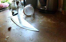 Girtas kaunietis bute peiliu sužeidė ne ką blaivesnę moterį