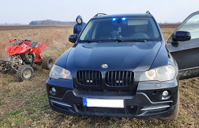 Mažeikių r. nufilmuota, kaip policija prabangiu BMW visureigiu laukais vijosi bėglį su keturračiu