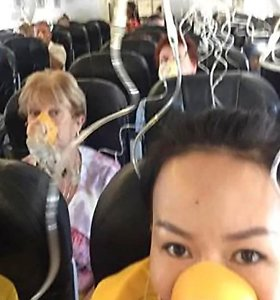 """""""AirAsia"""" lėktuvo salone staigiai nukritus oro slėgiui keleivius apėmė panika"""