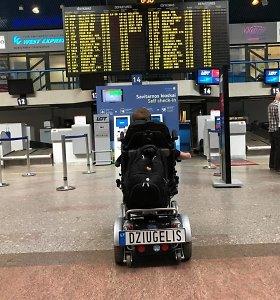 Seimo narys J.Džiugelis įstrigo oro uoste: lenkų oro linijoms jo vežimėlis per sunkus