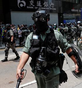 Honkongo policija protestuotojus vaikė šoviniais su dirginančiomis medžiagomis