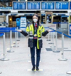 """Baksnoja į lėktuvų skrodžiamą dangų ir klausia: """"Ką čia purškia, jei oro uostai uždaryti?"""""""