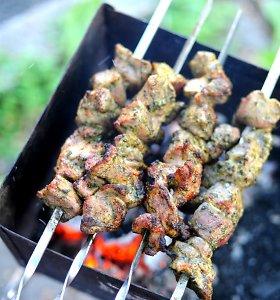 Grilio meistrė – apie šašlykus: kam tinka majonezas, o kam žolelės, ar kepant reikia laistyti mėsą