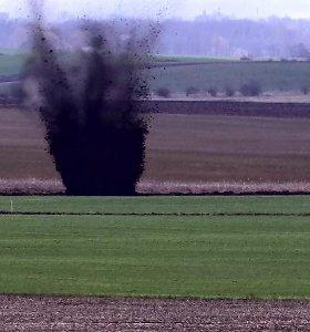 Pasienyje su Rusija ekskavatorininkas iškasė karo laikų sprogmenį: teko sprogdinti