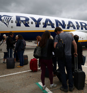 """Teismas nurodė """"Ryanair"""" panaikinti mokesčius už rankinį bagažą, bendrovė to nedarys"""
