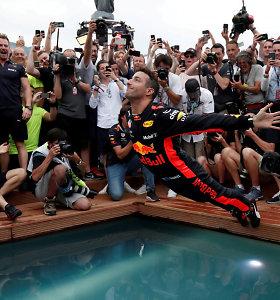 Pamatykite: išprovokuotas L.Hamiltono, D.Ricciardo pilvu nėrė į baseiną